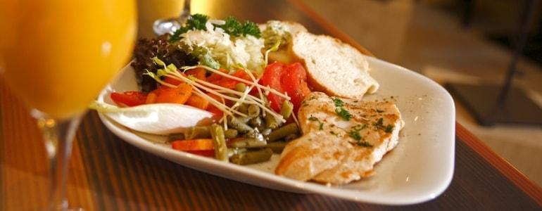 Ein Teller mit Fleisch, Salat, etc.