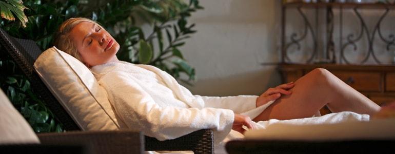 Eine Frau in einer Liege am entspannen