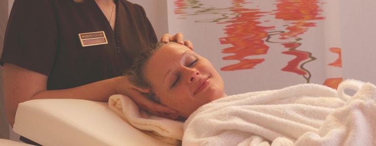 Eine Frau entspannt auf der Massagebank